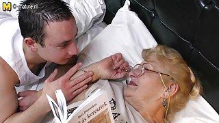 Svært gammel bestemor slikker ung gutt ass