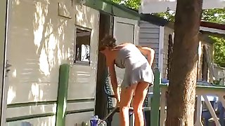 Voyeur en sexy blonde milf nabo på camping